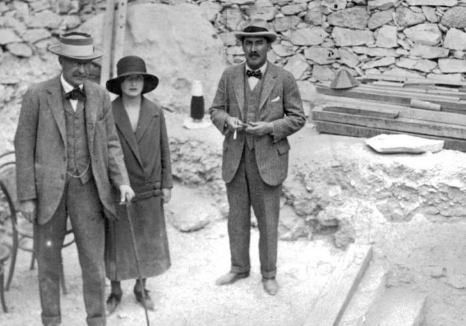 Howard_Carter_Lord_Carnarvon_and_Lady_Evelyn_Herbert_at_Tutankhamens_tomba.jpg