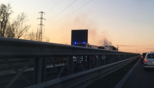 Traffico in tilt per un camion in fiamme