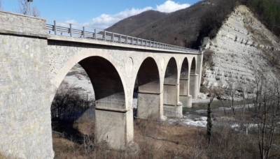 Vetto, senso unico alternato sul ponte del Pomello