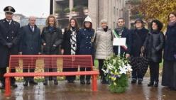 Una panchina rossa e una targa dedicate alle vittime di femminicidio nel parco Pierangela Venturini