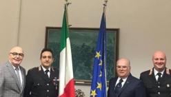 Cerimonia di consegna delle bandiere dell'Italia e dell'Unione Europea