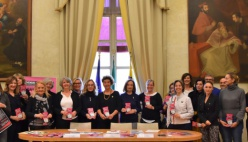 Basta violenza dulle donne: a Parma Natalia Aspesi e il Teatro Regio illuminato di rosso